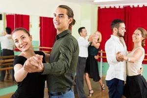 gelukkige volwassenen genieten van klassieke dans foto
