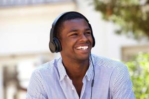 jonge man genieten van muziek op koptelefoon foto