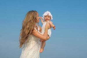 gelukkig mooie moeder en dochter genieten van strand tijd foto