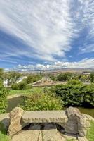 stenen bankje uitzicht over boise city idaho foto
