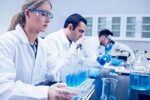 wetenschapsstudent die pipet gebruikt foto