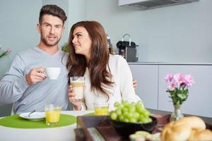 gelukkige paar genieten van ontbijt foto