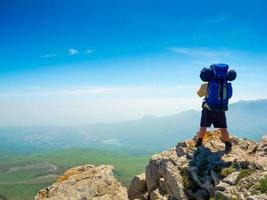 backpacker geniet van het uitzicht foto