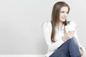 vrouw genieten van een kopje koffie foto