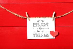 geniet van de kleine dingen-boodschap met wasknijpers foto