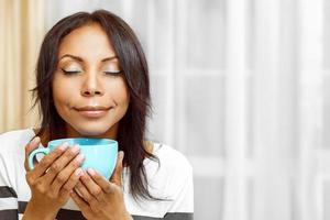 aardige dame genieten van koffie in de ochtend foto