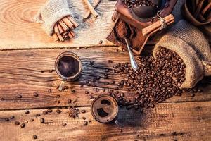 geniet van uw koffie gemaakt van gemalen granen foto