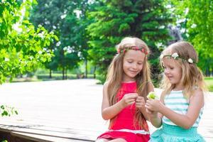 schattige kleine meisjes genieten van warme zomerdag foto