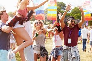 vrienden genieten van een optreden op een muziekfestival foto