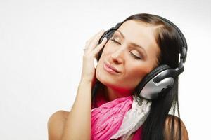 jonge mooie vrouw met koptelefoon genieten van de muziek foto