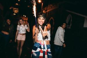 vrolijke jonge vrouw die een sterretje houdt genietend van in partij foto