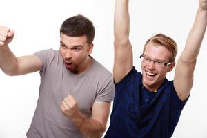 twee jonge mannen kijken naar de wedstrijd foto