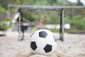 voetbal voor het minidoel op het zand foto