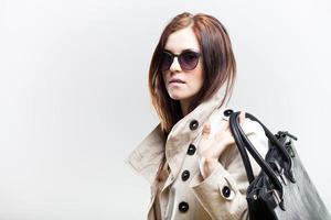 modieuze vrouw met zwarte leren tas