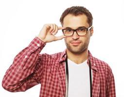 knappe jonge man in overhemd camera kijken