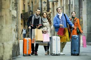 reizigers met boodschappentassen op straat foto