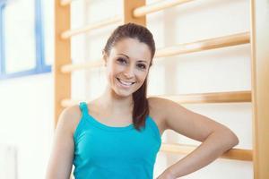 aantrekkelijke lachende vrouw op sportschool foto