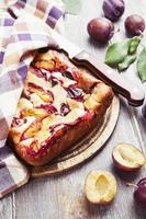 taart met pruimen op tafel foto