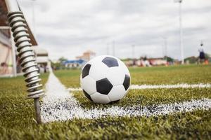 voetbal op groen gras foto