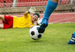 aanval voetballer schieten naar verdedigingsteam foto