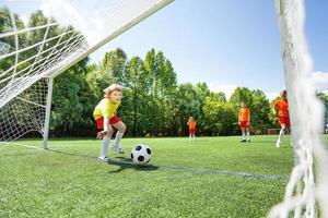 jongen probeert voetbal te vangen dat op houtwerk wordt gegooid foto