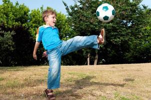 met al zijn kracht om de bal te raken foto