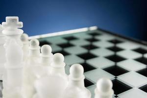 schaken van aangezicht tot aangezicht. kopieer ruimte voor tekst. foto