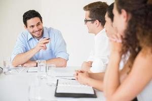 lachende zakenman in vergadering foto