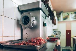 rood ontmoeten in slagerij. foto