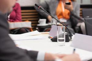 aantekeningen maken op zakelijke bijeenkomst foto