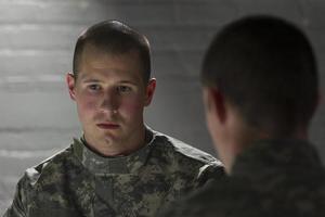 depressieve soldaat ontmoeting met peer, horizontaal foto