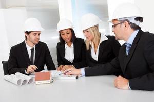 groep architecten tijdens de vergadering foto