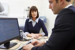adviseur ontmoeting met patiënt in kantoor foto