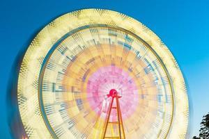 het reuzenrad, amusement, op de achtergrond van de blauwe hemel foto