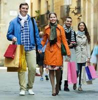 groep volwassenen met boodschappentassen foto