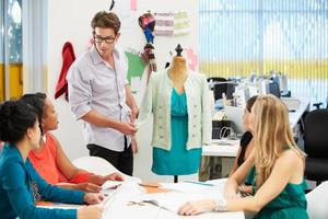 Bijeenkomst in fashion design studio foto