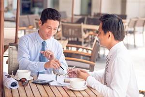 Vietnamese zakenpartners foto