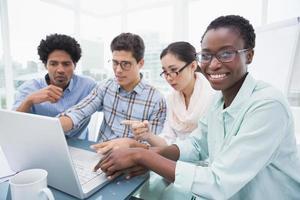 informeel commercieel team dat een vergadering heeft die laptop met behulp van