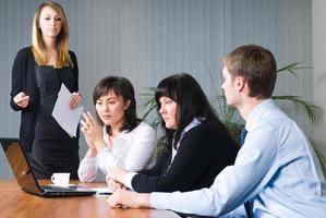 vrouw bedrijfspresentatie maken