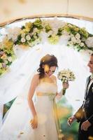 boeket in de handen van de bruid foto