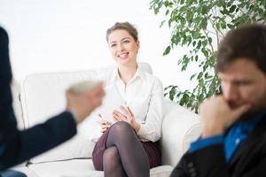 Glimlachende zakenvrouw en haar collega's foto