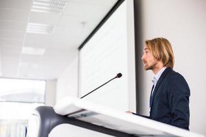 knappe jonge man houdt een toespraak foto