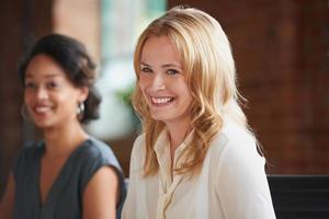 mooie blonde zakenvrouw glimlachen