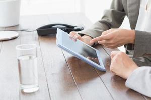 vrouwelijke ondernemers met behulp van tablet foto