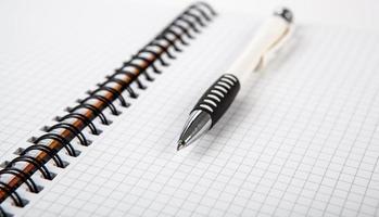 pen op een notebook in een cel foto