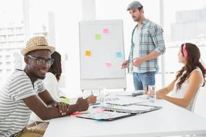 zakenman presenteren en collega's luisteren