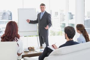 zakenman die een presentatie geeft foto
