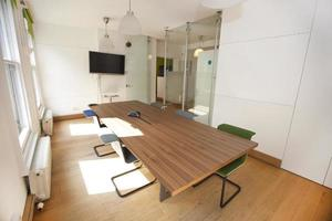 vergadertafel en stoelen in kantoor foto
