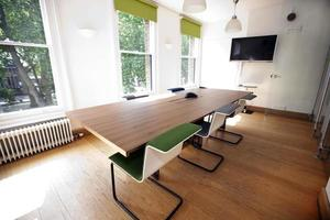 lege vergaderzaal met televisie foto