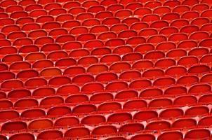 rode stoelen in het stadion foto
